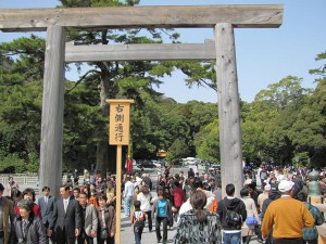 宇治橋前から望む饗土橋姫神社