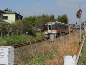 坂手国生神社へ向かう途中、列車に抜かれる