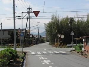 坂手国生神社から戻り線路を渡る