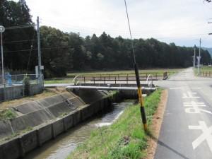 田宮寺へ向かう途中、水路を渡る橋を左へ