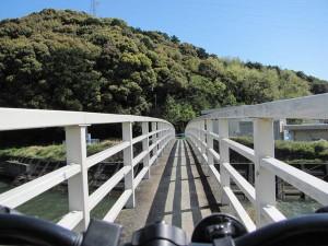 朝熊川にかかる細い橋