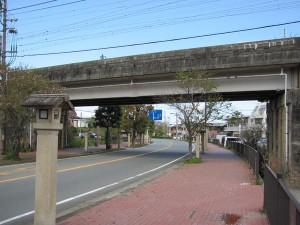 御幸道路(近鉄鳥羽線の高架下)