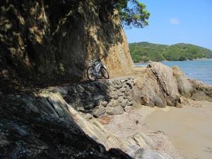 粟皇子神社の前の浜