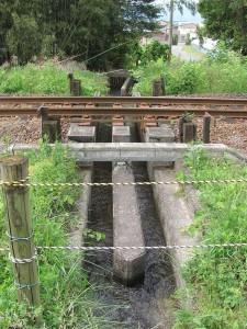 線路と交差する水路