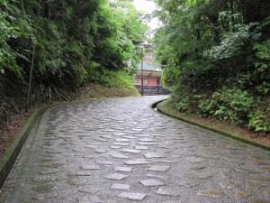 神宮文庫へ石畳を上る