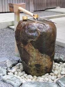 御饌殿前の龍虎石(りゅうこせき)