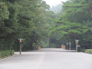 参道(神苑から手水舎へ)