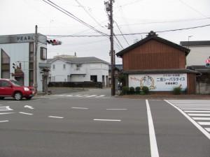 国道42号の交差点(夫婦岩表参道へ)