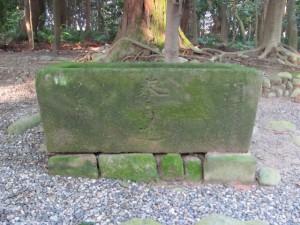 神服織機殿神社 手水石