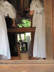 八尋殿での奉織作業