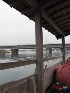 木造船みずき(背後に国道23号線の勢田川橋)
