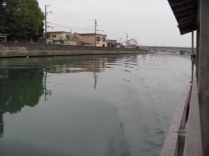 木造船みずき(右手後方に牟山中臣神社)