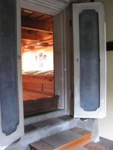 (2-3)内蔵の扉