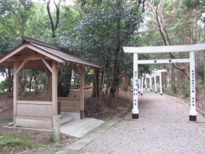 官舎神社の参道(離宮院公園)