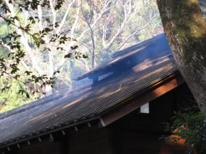 忌火屋殿の屋根から煙