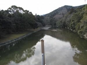 宇治橋から五十鈴川の上流を望む