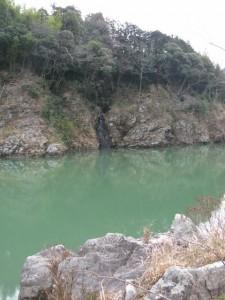 三瀬の渡し場跡付近の小滝