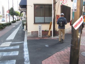 暗越奈良街道の距離標(右へ、玉造駅東商店街)
