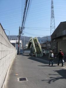 国道170号線を越える歩道橋