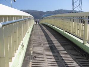 歩道橋から望む生駒山