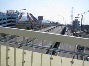 歩道橋から望む国道170号線