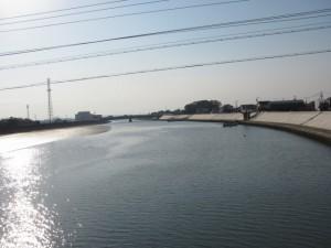 湊橋から志宝屋神社を望む