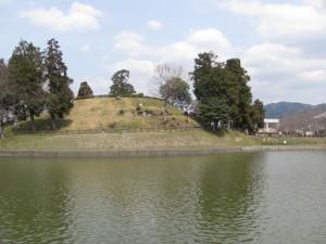 内堀と後円部分(黒塚古墳)