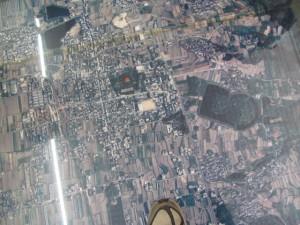 床に配置された航空写真(黒塚古墳周辺)