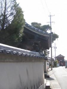 西光寺の門前