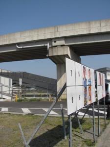 JR参宮線に架かる工事中の道路