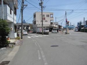 一本道の街道付近のY字路