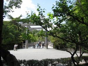神宮茶室への通路から宇治橋東詰を望む