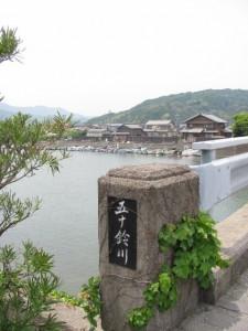 日乃出橋(五十鈴川)から江漁港を望む