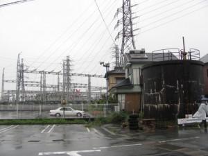 変電所とコンクリートタンク