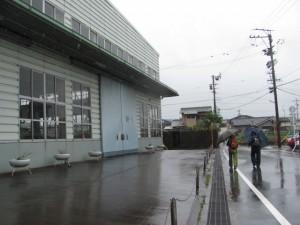 鉄工所の前
