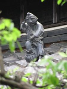 民家の屋根のゑびす像