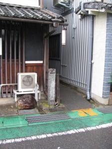 江戸川乱歩先生生誕地の石柱と路地
