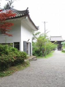 参道から山門(丹生大師神宮寺)