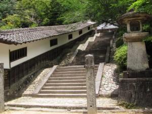 廻廊と石階(丹生大師神宮寺)
