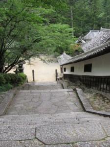 石階と廻廊(丹生大師神宮寺)