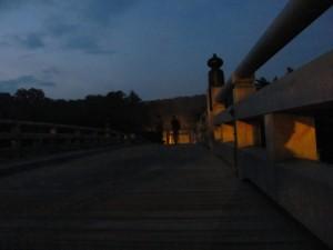 宇治橋で東詰を望む