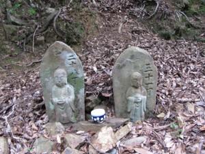 地蔵町石 二十八丁(?)、三十一丁(?) - 宇治岳道