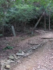 十六町角柱町石(A36)付近 - 朝熊岳道