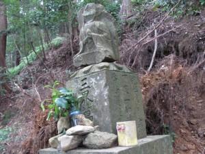 十二町角柱町石の隣の石仏(A31) - 朝熊岳道