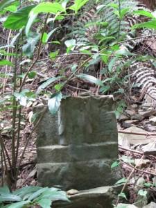 九町角柱町石の隣の石仏(?) - 朝熊岳道
