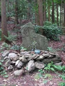 八町角柱町石付近の石仏(A18)- 朝熊岳道