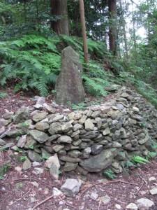 八町角柱町石付近の種子塔(A17)- 朝熊岳道