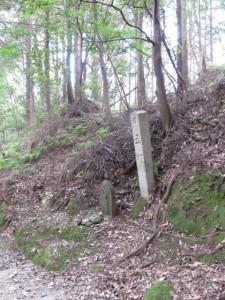 五町角柱町石(A13)付近 - 朝熊岳道