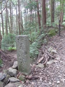 道標「むごん坊道」(A10) - 朝熊岳道