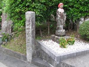 二十二町角柱町石(A2)と石仏(A3) - 朝熊岳道